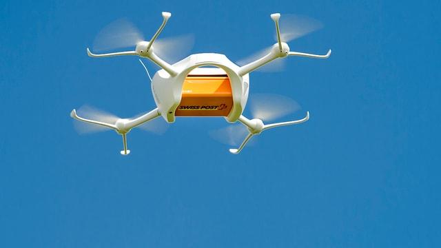 Drohne mit Postpaket