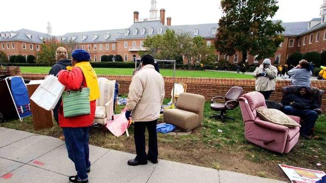 Männer und Frauen deponierten ihre Möbel vor dem Hauptquartier von Fannie Mae