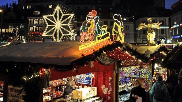 Stand an einem Weihnachtsmarkt mit bunter Beleuchtung