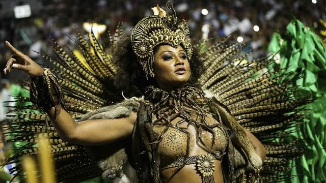 Eine Frau in exzentrischem Karnevalskostüm.