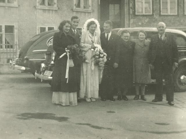 Gruppenbild mit Brautpaar, Trauzeugen, Eltern und Grossmutter.
