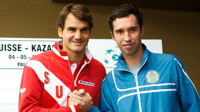 Roger Federer und Michail Kukuschkin schütteln sich vor dem Davis-Cup-Duell 2014 die Hand.