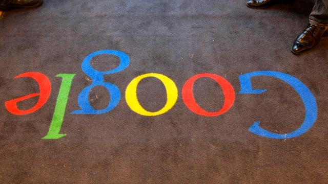Ein Teppich. Darauf steht: Google.