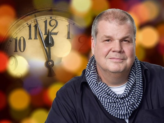 Bildcollage mit einem Mann vor einer Uhr, die kurz vor Zwölf anzeigt.