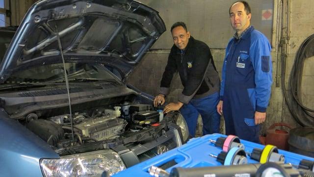 Teklit Redae und Paul Wermuth neben einer offenen Motorhaube.