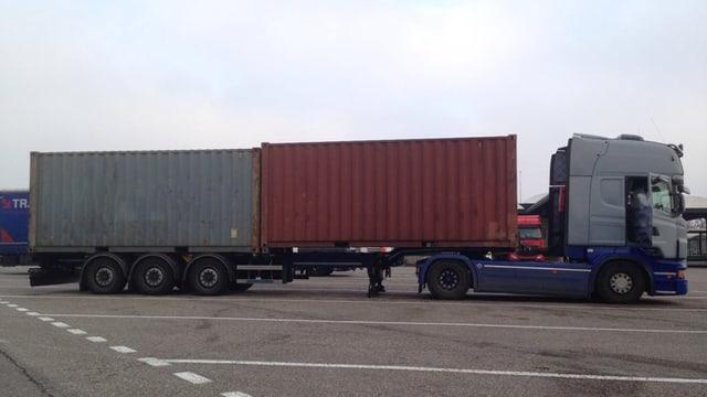Lastwagen mit zwei Containern.