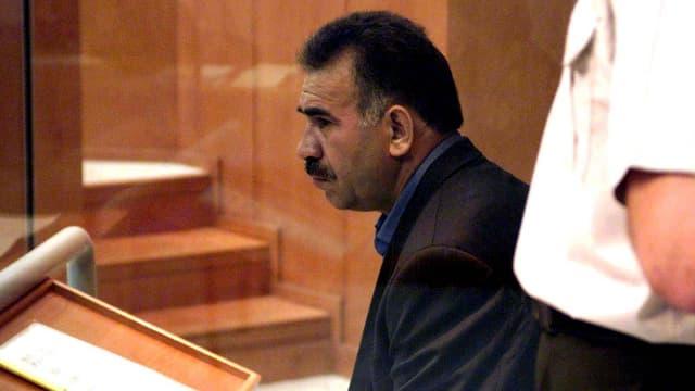 Abdullah Öcalan sitzt in einem Gerichtssaal.