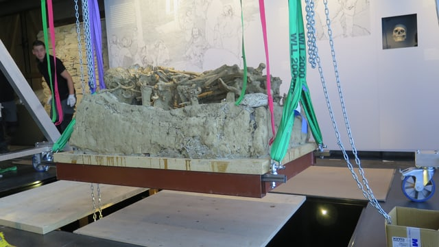 ein jungsteinzeitliches Grab hängt in der Luft und wird in einer Versenkung im Boden platziert.