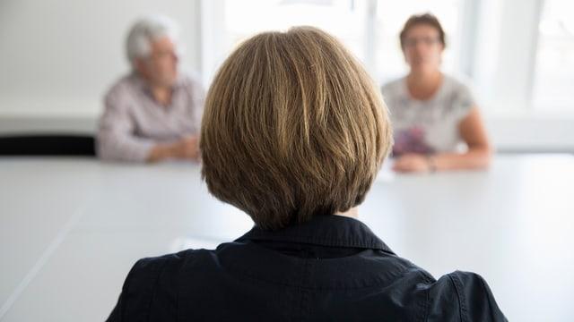 Beratungsgespräch in der Kinder- und Erwachsenenschutzbehörde Kesb. Die Kommunikation mit den Betroffen soll sich verbessern.