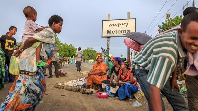 Menschen an der Grenze zwischen Äthiopien und Sudan.