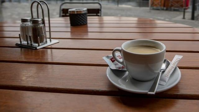 Purtret d'ina maisa cun si ina scadiola caffè