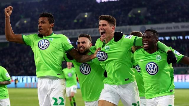 Mario Gomez und seine Teamkollegen jubeln.
