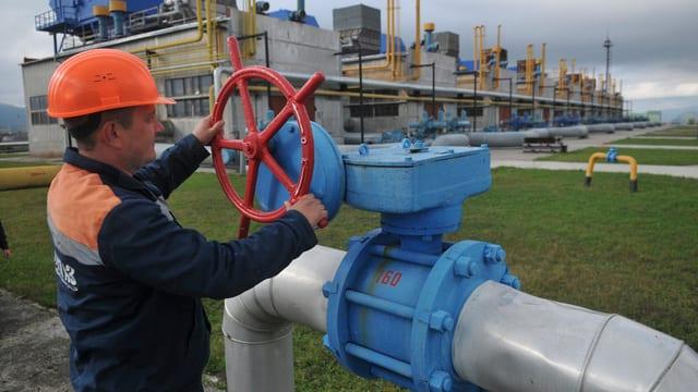 Arbeiter an einem Gashahn