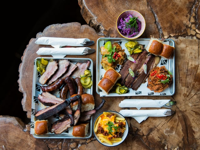 Tisch mit Tellern voller Fleisch