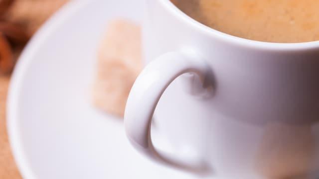 Ein Tasse Café Crème in Nahaufnahme.