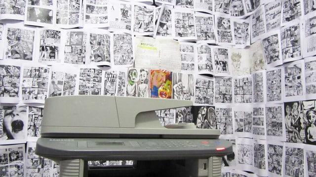 Kopiergerät vor einer Wand mit kopierten Comics.