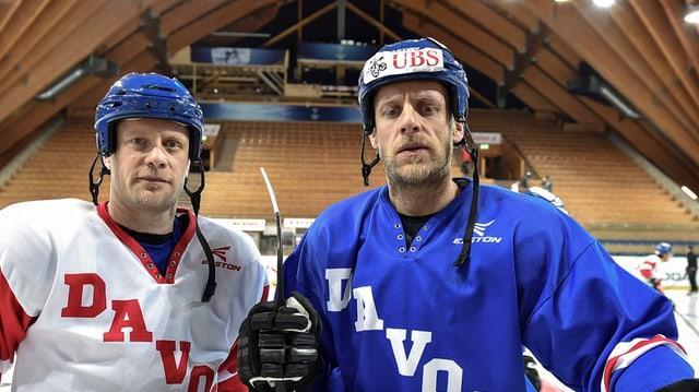 jan e reto von arx en mondura da hockey en la halla da glatsch a tavau