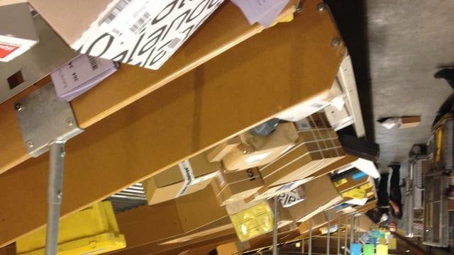 Die Mitarbeiter im Paketzentrum Frauenfeld der Schweizerischen Post verarbeiten pro Tag vor Weihnachten 400'000 Pakete.
