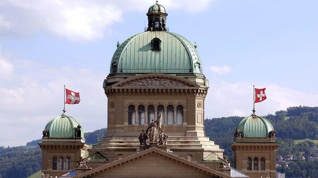 Das Parlamentsgebäude beflaggt von Norden gesehen.
