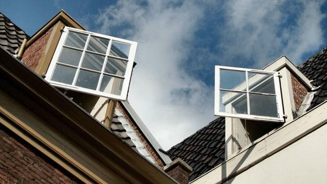 Zwei geöffnete Fenster, die sich anblicken.