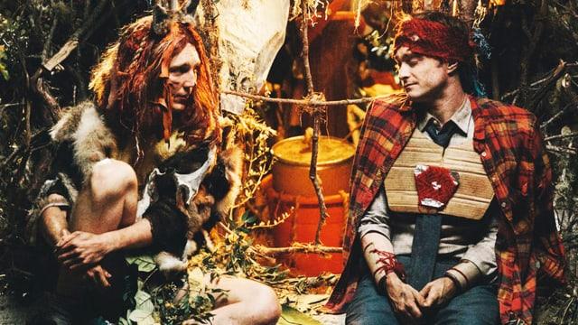 Die beiden Schauspieler in einem Lager im Urwald.
