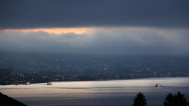 Nebel über dem Zürichsee. Eine Nebellücke sorgt für ein tolles Lichtspektakel auf dem See.