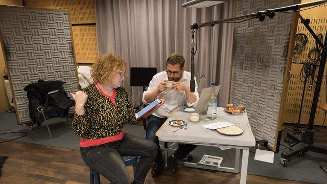 Fabienne Hadorn (Timo) und Samuel Streif (Paps) im Hörspielstudio.