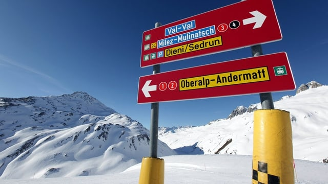 Hinweistafeln auf der Skipiste weisen den Weg nach Andermatt und Sedrun
