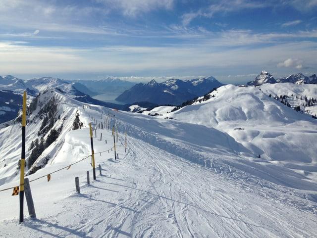Berglandschaft im Schnee mit blauem Himmel.