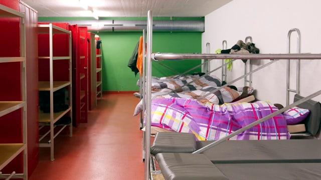Stockbetten und Regale in einem Asylzentrum in der Schweiz.
