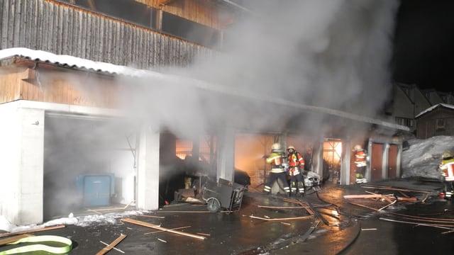 Feuerwehrleute löschen den Brand in verschiedenen Garagenboxen in Einsiedeln.