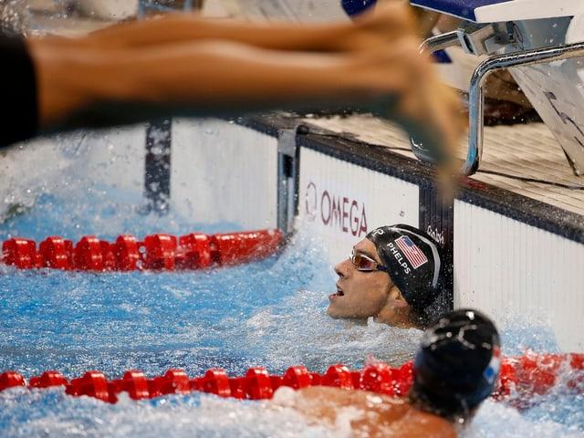 Super Timing: Ein unbekannter Schwimmer gewinnt die noch junge olympische Disziplin Fuss-Photo-Bombing.