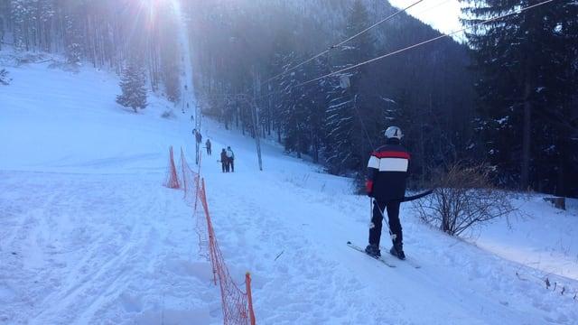 Bügellift mit Skifahrern