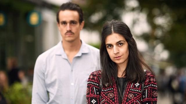 Ein junger Mann und eine junge Frau schauen in die Kamera.