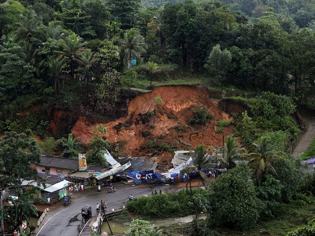 Ein Erdrutsch zerstört eine Strasse.