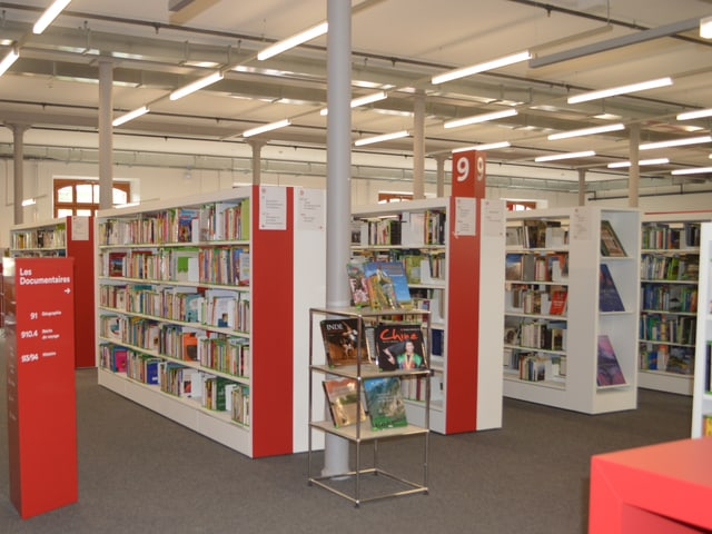 Bücherregale in Bibliothek.