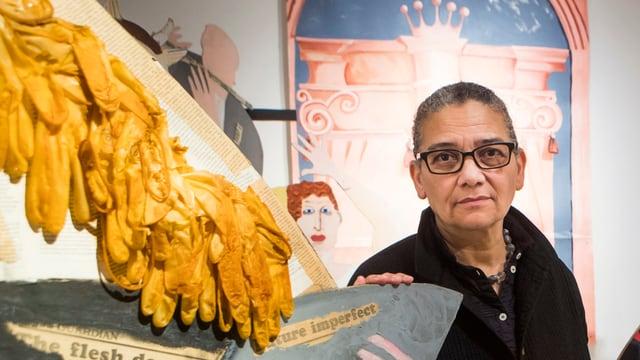 Lubaina Himid steht neben einem ihrer Kunstwerke.