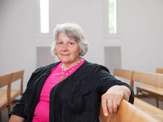 Lilian Senn sitzt auf Kirchenbank