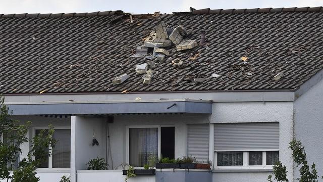 Haus ohne Kamin - Steine auf Dach