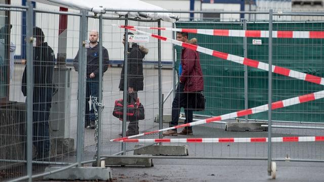 Gut gesichert: Asylsuchende beim Eintritt ins Bundesasylzentrum Thun vor einem Jahr.