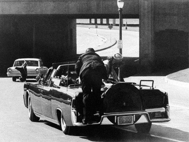 Clint Hill hechtet auf die Präsidenten-Limousine.