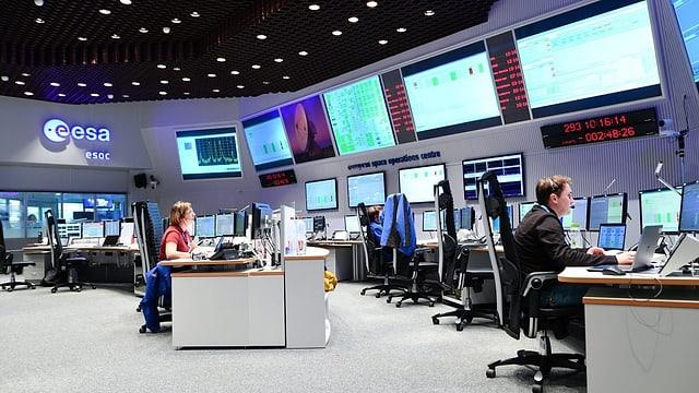Das Büro der europäischen Weltraumagentur ESA mit zahlreichen Bildschirmen und Kontrollelementen.
