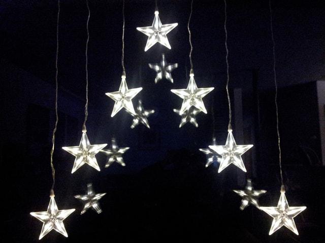 Eine Lichterkette mit vielen kleinen Sternen.