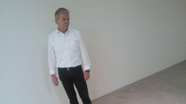 Galerist Urs Meile in seinem Ausstellungsraum.
