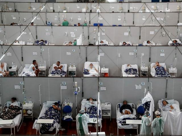 Menschen in einem Spital