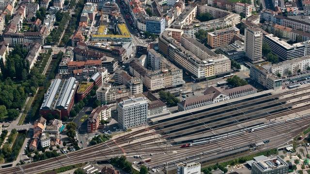 Vogelperspektive auf den Bieler Bahnhof.