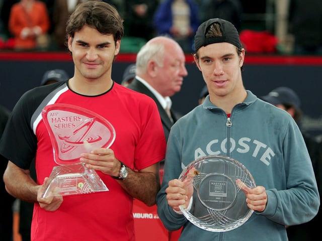 Roger Federer und Richard Gasquet mit ihren Trophäen.