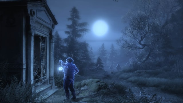 Eine Frau mit Laterne steht im Mondlicht vor einer Krypta.