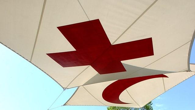 Sonnensegel mit Rotem Kreuz und mit Rotem Halbmond vor dem IKRK-Museum in Genf.