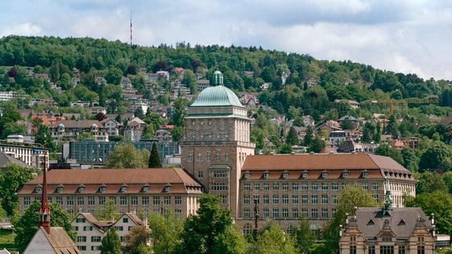Das Gebäude der Universität Zürich thront in der Zürcher Innenstadt über anderen Gebäuden.